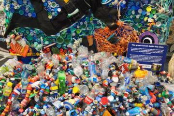 """""""85 miljoonaa muovipulloa heitetään pois 3 sekunnin välein"""" Kuva WTM-messuilta."""